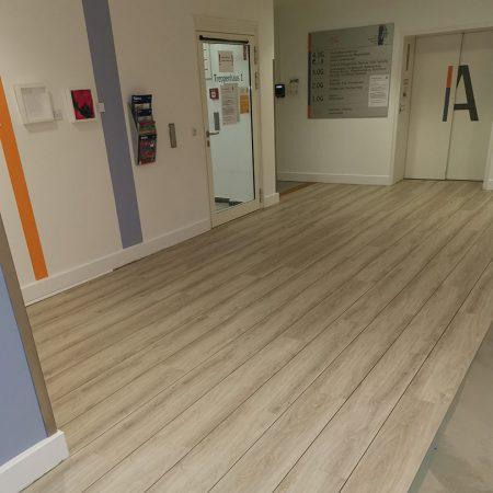 Bodenbelagsarbeiten Designplanken im Krankenhaus Bad Malente Raumausstatter 08