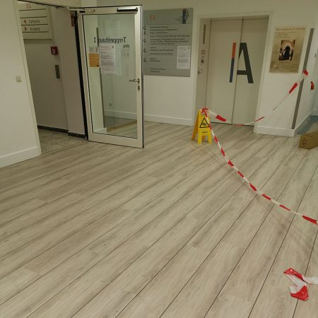 Bodenbelagsarbeiten Designplanken im Krankenhaus Bad Malente Raumausstatter 10